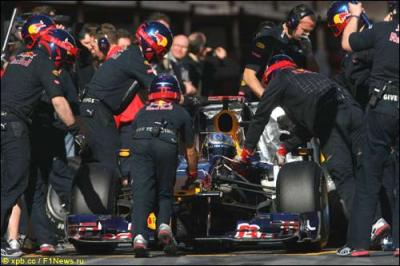 Замена колес на гоночной машине Формулы 1